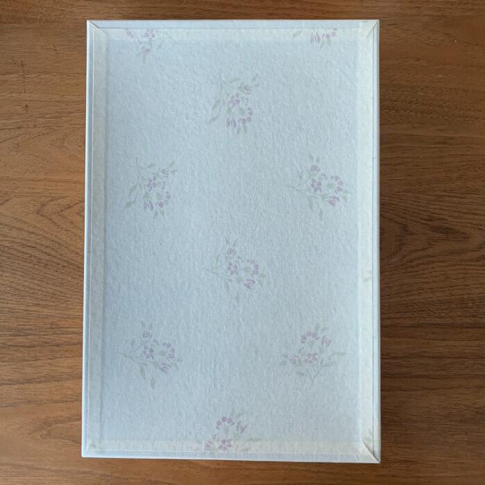 モンモオの包装紙を取った後の綺麗な箱の写真です。
