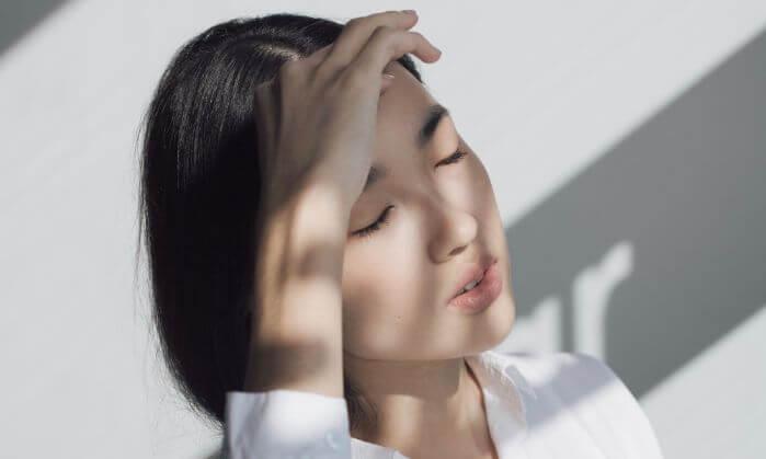 ひどい頭痛に耐える女性